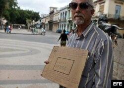 Hombre anuncia la venta de dos viviendas en un parque de La Habana