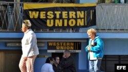 Un grupo de personas hace fila en una oficina de Western Union en La Habana. (Foto: Archivo)