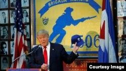 Donald Trump promete en la sede de la Brigada de Asalto 2506, en el corazón de Miami, luchar por restaurar la democracia en Cuba.