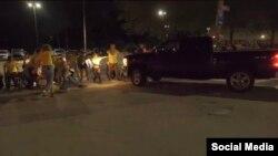 Camioneta embiste manifestantes. Tomado de @NeverAgainactn