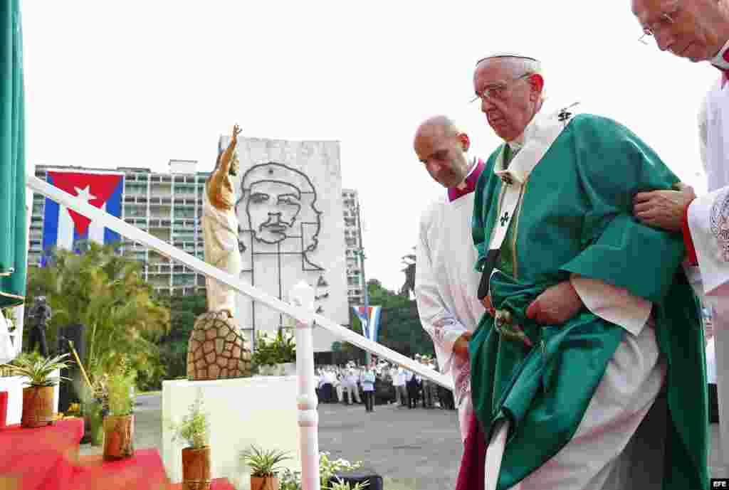 El papa Francisco sube al altar para oficiar la misa en la Plaza de la Revolución de La Habana (Cuba), hoy, domingo 20 de septiembre de 2015, ante miles de cubanos y fieles.