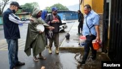 En las afueras de un matadero en San Cristóbal, Venezuela, un grupo de personas esperan porque les repartan sangre de vaca. REUTERS/Carlos Eduardo Ramirez