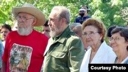 Fidel Castro, su hermano Ramon (I), Angelina (2nd derecha) y Agustina Castro (derecha).