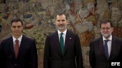 El nuevo presidente del Gobierno, Pedro Sáhchez (i), posa junto al rey Felipe y el expresidente del Ejecutivo Mariano Rajoy (d), tras el acto de toma de posesión de su cargo que ha tenido lugar hoy en el Palacio de la Zarzuela.