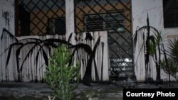Pintura lanzada contra la vivienda de Berta Soler, sede de las Damas de Blanco en La Habana. Cortesía de Angel Moya.