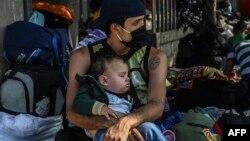 Migrantes venezolanos en una terminal de ómnibus de Medellín, Colombia, a la espera de poder retornar a su país en medio de la pandemia.