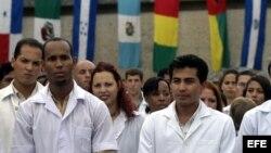 Graduación de médicos cubanos y de otros países en la escuela de medicina de la Universidad de La Habana.