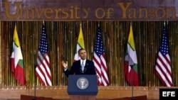 El presidente estadounidense Barack Obama pronuncia una conferencia en la Universidad de Rangún, Birmania.