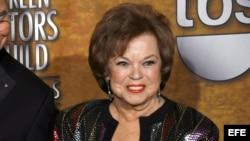 Archivo - Shirley Temple posando con su premio Guild en 2006.