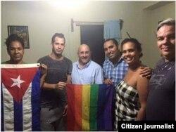 Nabit Fernández (derecha) durante el encuentro en su casa con activistas LGTBI norteamericanos y cubanos.