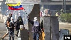 Manifestantes se enfrentan a miembros de la Guardia Nacional Bolivariana