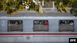 Varios migrantes se asoman por las ventanillas de un tren en la estación de ferrocarril en Cakovec, Croacia, hoy, 17 de octubre, cerca de la frontera con Eslovenia.