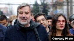 El candidato izquierdista Alejandro Guillier junto a Camila Vallejo