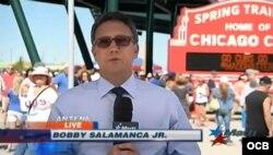 El periodista deportivo de TV Martí Bobby Salamanca Jr., desde el campo de entrenamiento de los Cachorros de Chicago en Arizona.