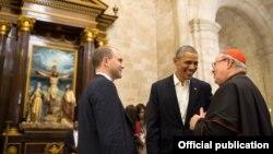 El presidente Barack Obama y su asesor Ben Rhodes conversan en la Catedral de La Habana con el Cardenal Jaime Ortega, quien ayudó a conseguir el apoyo del Papa Francisco al deshielo entre Cuba y EE.UU. (White House)