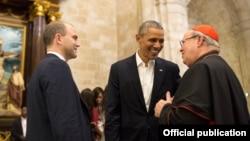El presidente Barack Obama y su asesor Ben Rhodes conversan en la Catedral de La Habana con el Cardenal Jaime Ortega, quien ayudó a conseguir el apoyo del Papa Francisco al deshielo entre Cuba y EEUU.