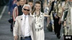 El diseñador Karl Lagerfeld desfila con sus modelos en París. Archivo.