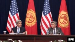 John Kerry con su homólogo uzbeko Erlan Abdyldaev.