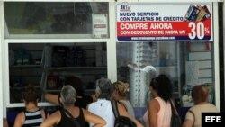 Fotografía de este 19 de septiembre de 2014 de Varias personas haciendo fila para comprar en un establecimiento en La Habana, Cuba. El largo tránsito hacia la unificación monetaria en Cuba ha dado ya un paso fundamental con la aceptación de pesos cubanos
