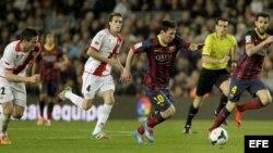 El argentino del FC Barcelona Leo Messi avanza junto a Saúl y Raúl Baena, del Rayo Vallecano.