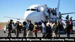 Arriba a Nuevo Laredo primer vuelo directo con migrantes cubanos desde Costa Rica. Foto: Instituto Nacional de Migración de México.