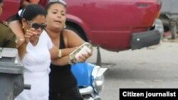 Arresto de Adisnivia Dallet este sábado, cuando intentaba entrar a la sede de las Damas de Blanco, en Lawton, La Habana. (Foto de @jangelmoya)