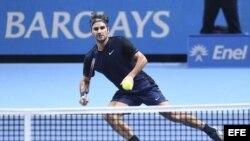 El tenista suizo Roger Federer devuelve la pelota al japonés Kei Nishikori.