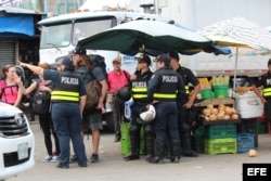 Policías de Costa Rica caminan por la zona fronteriza con Panamá hoy, jueves 14 de abril de 2016.