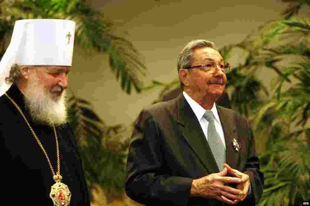 Kiril Gundjaev (i), miembro permanente del Santo Sínodo de la Iglesia Ortodoxa Rusa y jefe del departamento de Patriarcado de Moscú para Relaciones Externas de la Iglesia condecoró el 19 de octubre de 2008 a Raúl Castro con la Orden de la Iglesia Ortodoxa