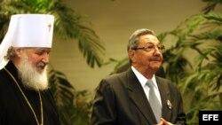 Kirill Gundjaev, miembro permanente del Santo Sínodo de la Iglesia Ortodoxa Rusa y jefe del departamento de Patriarcado de Moscú para Relaciones Externas de la Iglesia, condecoró el 19 de octubre de 2008 a Raúl Castro con la Orden de la Iglesia Ortodoxa.