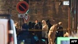 Policía forense busca evidencia en el sitio donde fue abatido Cherif Chekatt, presunto autor del tiroteo de Estrasburgo.