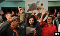 """Un grupo de vecinos aprueban el """"Proyecto de lineamientos de la política económica y social""""."""