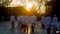 Una brigada de médicos cubanos que trabajarán en el exterior para combatir el COVID-19.
