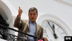 ARCHIVO. El presidente de Ecuador Rafael Correa desde un balcón de la casa presidencial.