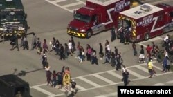 Rescatistas evacúan a los estudiantes de la secundaria Marjory Stoneman Douglas, en Parkland, Florida.