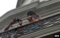 Beyoncé (d) y su esposo, el rapero Jay-Z (i), se asoman al balcón de su habitación en el Hotel Saratoga de La Habana (Cuba).