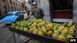 Un hombre vende vegetales y frutas el 1 de agosto de 2017, en La Habana (Cuba).