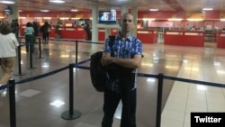 """Michel Matos en el aeropuerto de La Habana, tras recibir la noticia de que está """"regulado""""."""