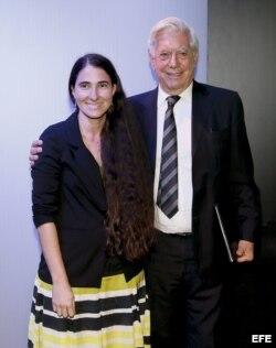 El escritor peruano Mario Vargas Llosa y la bloguera cubana Yoani Sánchez durante el VII Foro Atlántico, en la Casa de América.