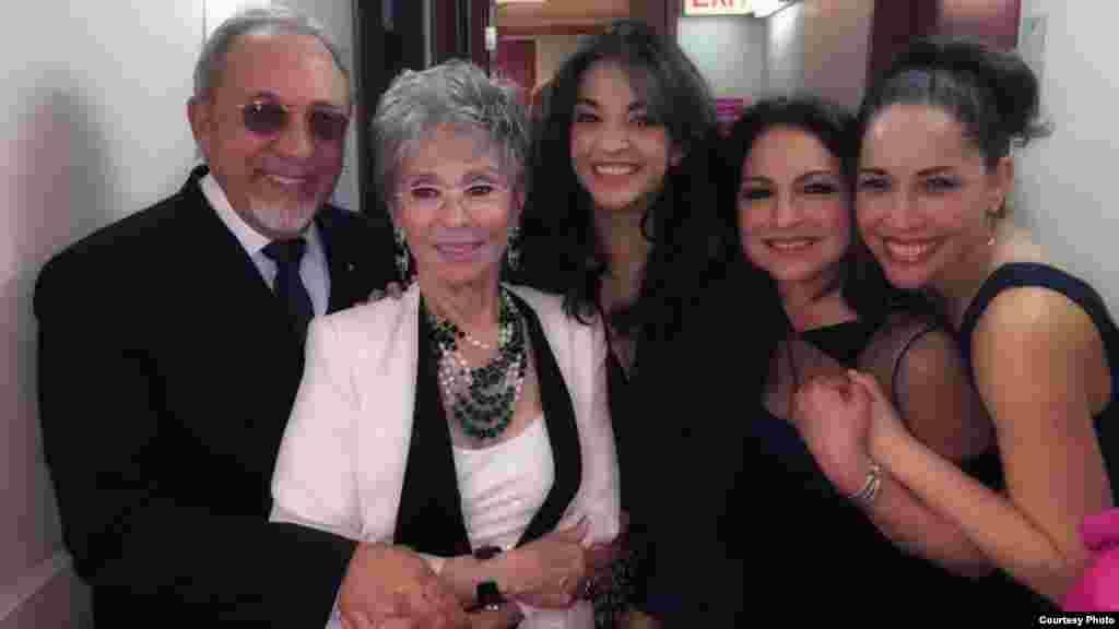 Gloria y Emilio Estefan con la protagonista de la obra, Ana Villafañe, Andrea y la legendaria actriz Rita Moreno.