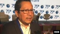 El periodista nicaragüense Miguel Mora ofrece una entrevista en la Asamblea 75 de la SIP.