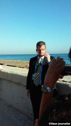 Uno de los escoltas del secretario de Estado en el Malecón habanero (I.García)