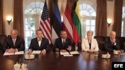 El presidente Barack Obama con los mandatarios Toomas Hendrik Ilves (2do i) de Estonia, Dalia Grybauskaite de Lituania (2da d), y Andris Berzin de Letonia (i).