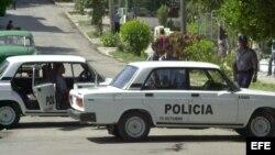"""Policías cubanos bloquean las calles de acceso al """"Tribunal Municipal de 10 de Octubre""""."""