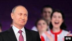 El presidente de Rusia, Vladímir Putin, sonríe durante un foro con voluntarios celebrado en Moscú.