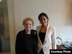 Rosa María junto a Madeleine Albright. Tomado del Twitter del MCL.