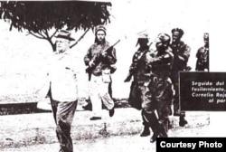 Rebeldes al mando de Guevara conducen al paredón al coronel Cornelio Rojas, jefe de la policía de Santa Clara.