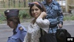 Nadezhda Tolokónnikova, componente grupo punk ruso Pussy Riot, escoltada al tribunal Jamóvniki de Moscú (Rusia) para asistir a una sesión de su juicio.