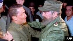 Fidel Castro y Hugo Chávez en el Aeropuerto Internacional José Martí, el 13 de diciembre de 1994. (Archivo)