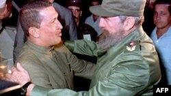 Fidel Castro recibió a Chávez en el Aeropuerto Internacional José Martí el 13 de diciembre de 1994.